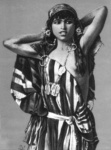 """Rudolf Lennerts """"Bédouine tunisienne"""" (um das Jahr 1910); Quelle: Lehnert & Landrock, Kairo"""