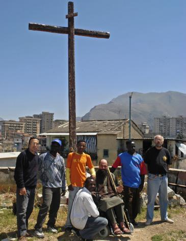 Biagio Conte und Flüchtlinge auf dem Missionsgelände in Palermo; Foto: Ikhlas Abbis