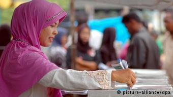 Eine Frau wählt in Indonesien (Foto: picture alliance / dpa)