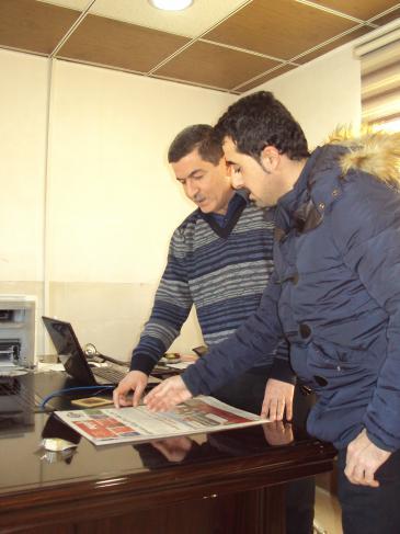 """Asos Hardi (l.) in der Redaktion """"Awene"""" (der Spiegel) im kurdischen Suleimanija"""