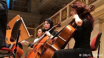"""Junge arabische Musiker des """"Arab Youth Philharmonic Orchestra"""" auf der Bühne des Berliner Konzerthauses; Foto: DW"""