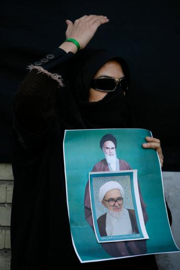 Demonstrantin zeigt während der Proteste gegen Ahmadinedschad im Sommer 2009 ein Foto Hussein-Ali Montazeris; Foto: AP