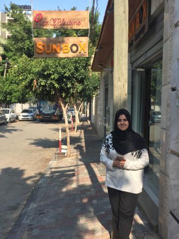 Sun Box-Chefin Mashharawi vor ihrem Büroladen in Gaza-City; Foto: Inge Günther