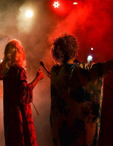 """Bandmitglieder von """"Cabaret al-Shaikhat"""" bei ihrem Auftritt in Casablanca; Foto: Raseef 22"""