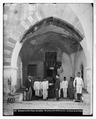 Gefängniseingang in Jerusalem mit türkischen Soldaten, Foto aufgenommen zwischen 1889 und 1914, Palästina; Foto: © Library of Congress
