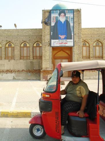 Hussein in seinem feuerroten Tuk-Tuk in Sadr City; Foto: Birgit Svensson