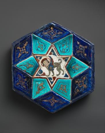 Seldschuken der Rum-Periode (1081-1307): Sechseckige Fliese aus Konya, Türkei, 12. Jahrhundert. Quelle: Wikimedia Commons; Metropolitan Museum of Art