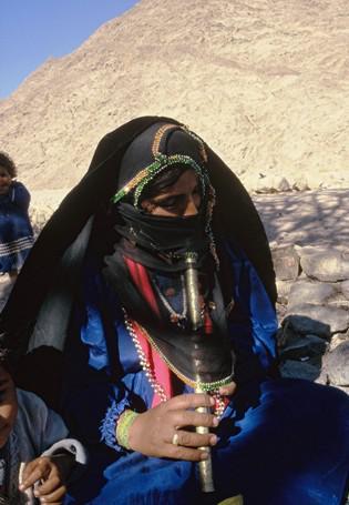 Beduina beim Flötespielen