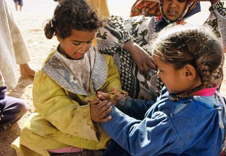 Beduinenmädchen beim Spiel