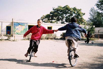 Junge Einradfahrer