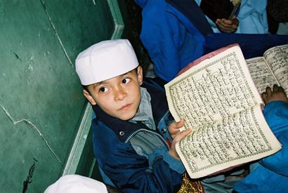 Junge liest den Koran