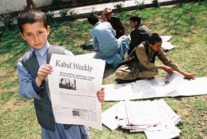 Junge Zeitungsverkäufer