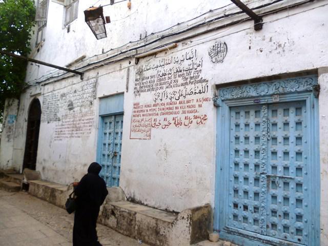 Koransuren an einer Madrasa in Stone Town