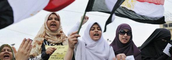 Die Ägypterinnen protestierten vollkommen gleichberechtigt gegen das herrschende System. Ein Anblick, der manchen westlichen Beobachtern fremd erschien; Foto: dpa