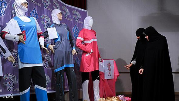 Iranerinnen beim Einkaufen von Sportkleidung; Foto: DW/Mehr