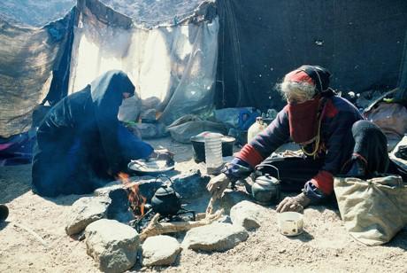 Beduinen-Frauen bereiten Tee zu