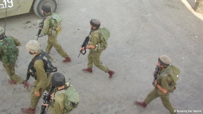 ''Du gehst auf der Hauptstraße in Hebron Streife,...