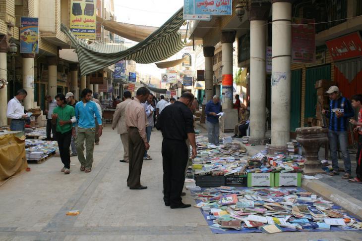 Mit dem Aufstieg religiöser Parteien im politischen Leben des neuen Irak dominieren religiöse Bücher das Bild. Religiöse Bücher, die lange verboten waren, ersetzten jetzt die Schriften der Baath-Ideologie; Foto: Munaf al-Saidy