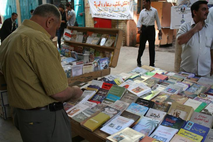 Nach dem Sturz des Baath-Regimes 2003 blühte die Al-Mutanabbi-Straße wieder auf. In jeder Ecke sind auch neue Bücher zu finden, die sich nicht nur mit der Baath-Ära auseinandersetzen, sondern auch mit Werken irakischer Schriftsteller; Foto: Munaf al-S