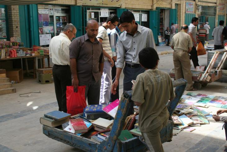 Jeden Freitag laden die Rufe der Verkäufer die Besucher zu ihren Büchern ein, die für dreißig Jahre unter der Baath-Herrschaft verboten waren; Foto: Munaf al-Saidy
