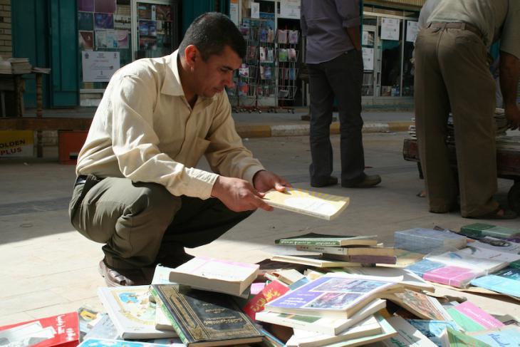 Bücher nehmen mitunter ihre eigenen Wege. In den 1960er und Anfang der 1970er Jahre war die Al-Mutanabbi-Straße eine Bühne politischer Konflikte zwischen verschiedenen Kräften, in erster Linie zwischen Kommunisten und Panarabisten; Foto: Munaf al-Said