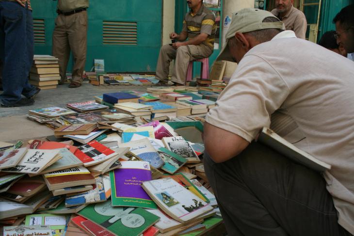 Die angebotenen Bücher sind so verschiedenartig wie die irakische Bevölkerung selbst: Bücher über Literatur im Irak und im Mittleren Osten, Geschichte, politische Theorien, religiöse Traktate, technische Bücher, Kinderbücher und Comics; Foto: Munaf