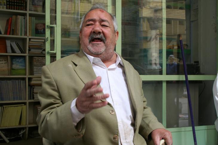 Naim Al-Shattri ist ein irakischer Intellektueller und Besitzer einer der ältesten Buchhandlungen in der Al-Mutanabbi-Straße. Schon als Kind hat er im Laden seines Vaters gearbeitet. Er sitzt jeden Freitag auf dem Bücherwochenmarkt; Foto: Munaf al-Said
