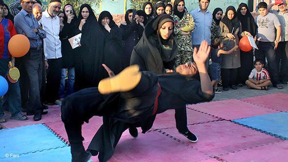 Iranerinnen beim Kampfsportwettbewerb; Foto: DW/Mehr