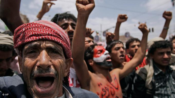 Jemenitische Regierungsgegner jubeln über die Ausreise von Staatschef Ali Abdullah Saleh zu einem Klinikaufenthalt in Saudi-Arabien. Saleh wurde bei einem Anschlag auf den Präsidentenpalast durch Granatensplitter verletzt; Foto: AP