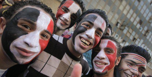 Ägyptische Jugend auf den Straßen von Kairo: Neben Wut und Ärgernis gibt es auch freudige Emotionen unter den jugendlichen Anti-Mubarak-Demonstranten; Foto: AP