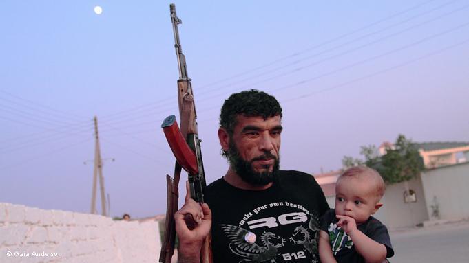 Libyscher Oppositionskämpfer mit Kind: Die Kämpfer werden während der Auseinandersetzungen von ihren Familien mit den notwendigsten Mitteln und Nahrung versorgt; Foto: DW/Gaia Anderson