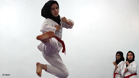Junge Iranerinnen beim Karatetraining; Foto: DW/Mehr