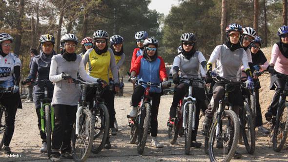 Mountainbike-Fahrerinnen; Foto: DW/Mehr