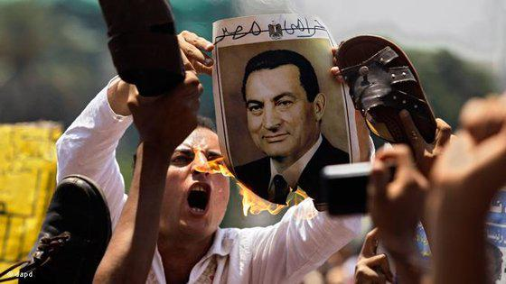 Blanke Wut: Mann verbrennt Porträt des Ex-Präsidenten Mubarak...; Foto: dapd