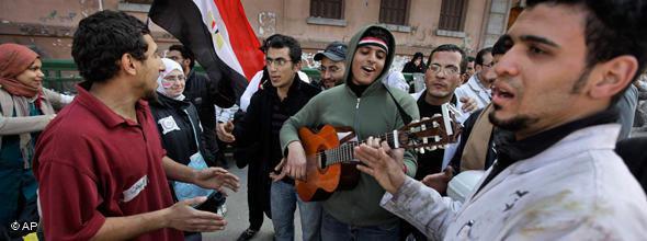 ...während sich seine Landsleute nicht davon abhalten lassen, Revolutionslieder zu singen; Foto: AP
