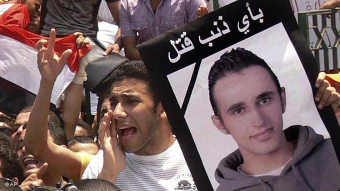 Ägyptische Demonstranten auf dem Tahrir-Platz mit einem Plakat des von Polizisten zu Tode geprügelten jungen Mannes Khaled Said; Foto: AP