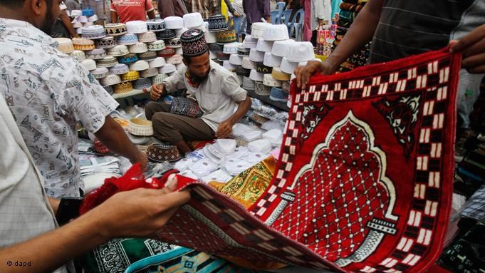 Während des Ramadan steigen die Ausgaben gewaltig. Viele Menschen kaufen nicht nur Essen, sondern auch Gebetsteppiche und weitere religiöse Artikel. Markt in Bangladesh; Foto: dapd