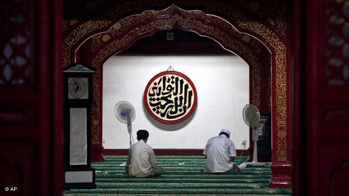 In China leben etwa 22 Millionen Muslime der Hui- und Uiguren-Minderheit. Viele von ihnen fasten in diesem Monat. In dieser chinesischen Moschee in Beijing lesen zwei Hui-Muslime den Koran; Foto: AP