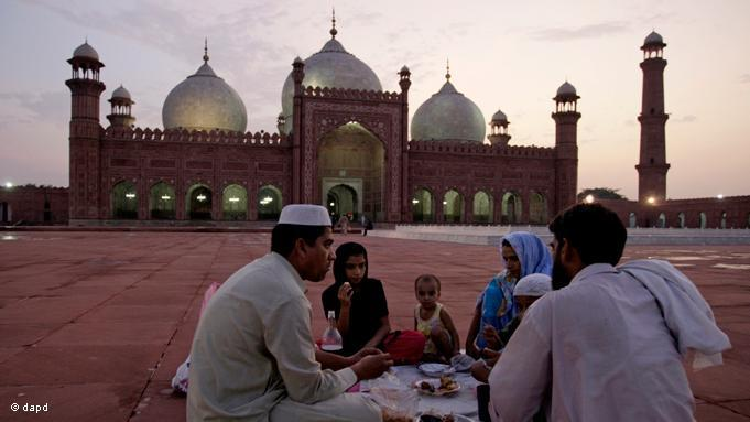 """Das Fastenbrechen """"Iftar"""" beginnt im Ramadan, dem neunten Monat des islamischen Mondkalenders, bei Sonnenuntergang. Pakistanische Familie beim Iftar; Foto: dapd"""