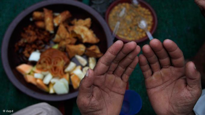 Zum ''Iftar'' hat jedes Land seine eigenen Essgewohnheiten. In Pakistan beispielsweise wird mit Datteln, Pakora, Choley und Chutney das Fasten gebrochen. Vor dem Fastenbrechen wird ein kurzes Gebet gesprochen; Foto: dapd