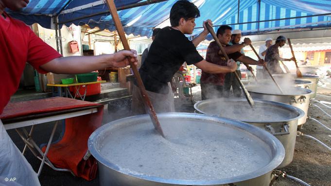 Im Ramadan teilt man sein Essen mit armen Menschen. Hier in Malaysia's Hauptstadt Kuala Lumpur kocht man gerne für die Bewohner der ganzen Stadt; Foto: dapd