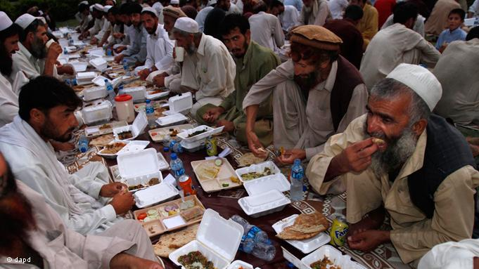 Iftar-Speisung für arbeitslose Männer in Afghanistan. Als einer der fünf Säulen des Islam ist das Fasten neben dem Glaubensbekenntnis, dem tägliche Gebet, der Pilgerfahrt nach Mekka und das Geben von Almosen ein fester Bestandteil des Glaubens; Foto: