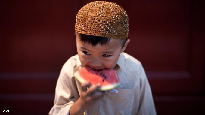 Kinder, wie dieser Junge, der zur chinesischen Hui-Minderheit gehört, müssen nicht fasten. Auch Schwangere und Kranke sind vom Fasten ausgenommen; Foto: AP