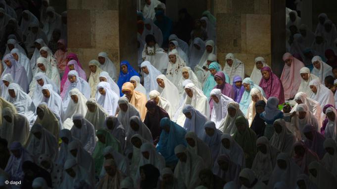 Frauen beim ''Tarawih''-Gebet in der Istiqlal-Moschee in Jakarta. Das Tarawih-Gebet wird im Ramadan nach dem täglichen Nacht-Gebet verrichtet; Foto: dapd