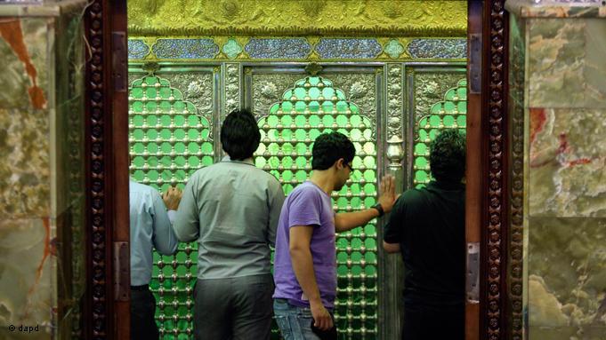 Viele Gläubige besuchen in diesem Monat vermehrt heilige Schreine, um ihre Wünsche und Gebete zu äußern. Schiitische Iraner berühren das Grab des Saleh in seinem Mausoleum nördlich der Hauptstadt Teheran; Foto: dapd