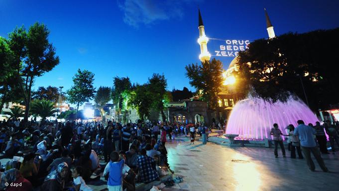Nahe der historischen Eyüp-Sultan-Moschee in Istanbul genießen die Menschen die kurze Nacht bevor der nächste Fastentag beginnt; Foto: dapd