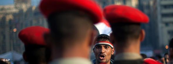 Schrei nach Freiheit: Bei den Massenprotesten am 25. Januar 2011 standen zehntausende Ägypter 30.000 Polizisten und Sicherheitskräften gegenüber; Foto: AP