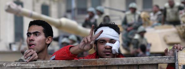 Freude und Erleichterung nach Mubaraks Abtritt auf dem Tahrir-Platz. Die Schmerzen scheinen vergessen; Foto: dpa
