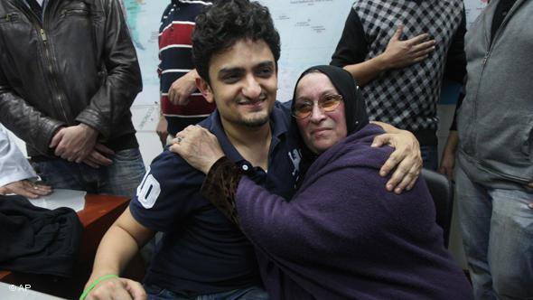 """Wael Ghonim gründete die Facebook-Gruppe """"Wir sind alle Khaled Said"""" und avancierte somit zum Helden der Revolution. Dem Aufruf der Facebook-Gruppe, am 25. Januar 2011 auf dem Tahrir-Platz zu demonstrieren, folgten Zehntausende; Foto: AP"""