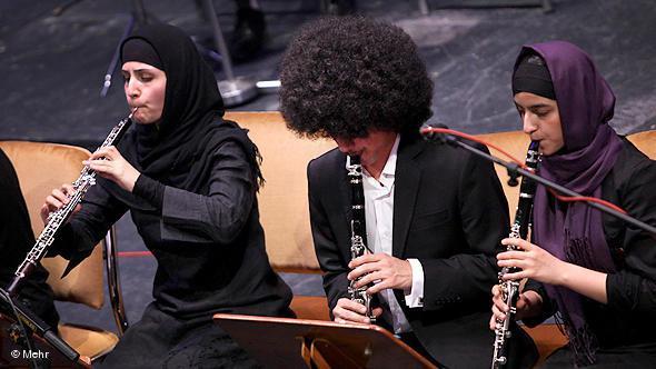 Zwei Oboistinnen im Orchester; Foto: DW/Mehr